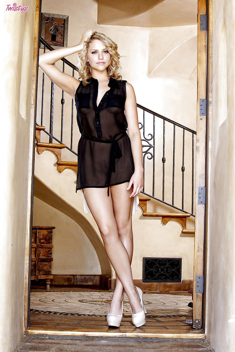 Hello Mia Malkova en robe noire sexy