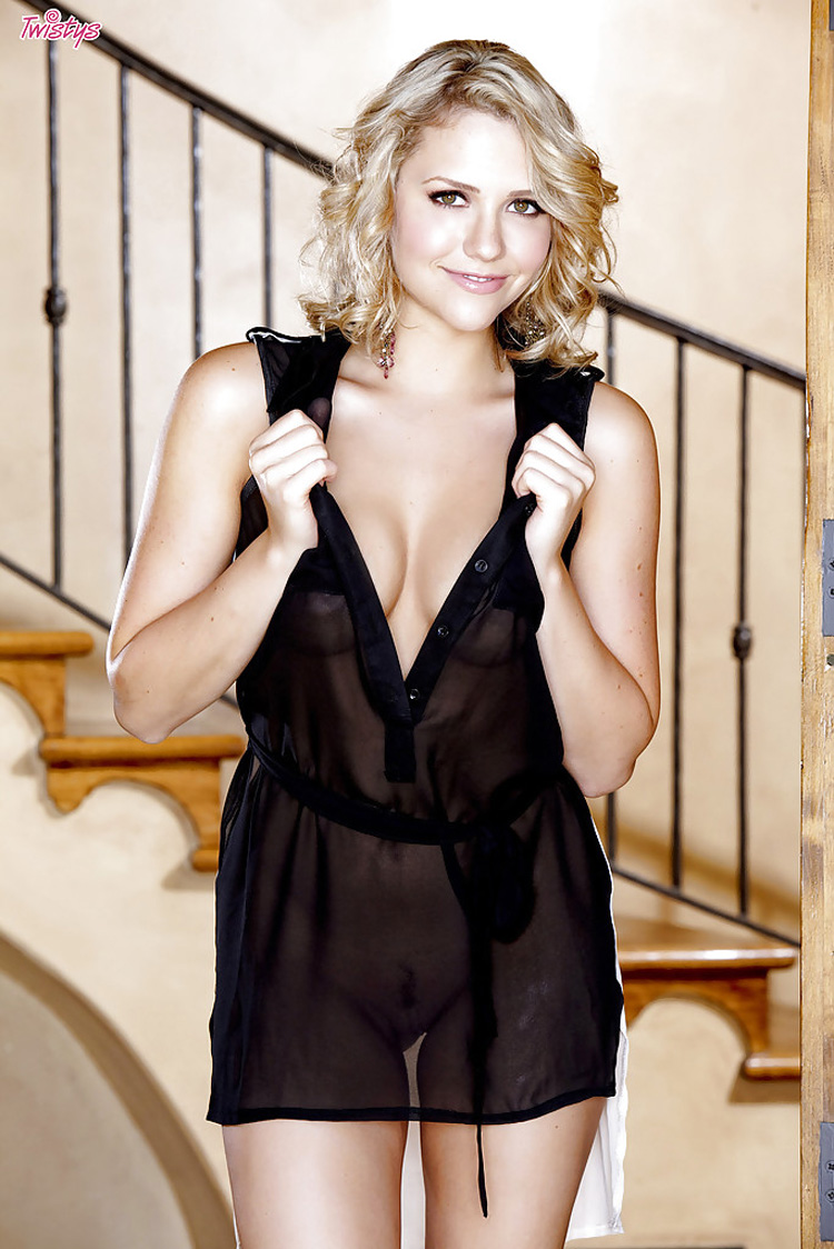 Mia Malkova habillée en robe