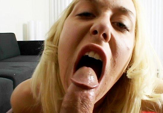 Michetonneuse blonde suce