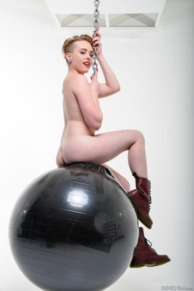 Miley Mae parodie Miley Cyrus nue sur sa boule