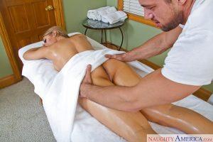 Nicole Aniston se fait masser les fesses