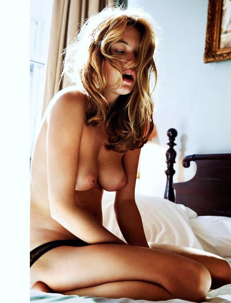 Orgasme intense d'une jeune bourgeoise aux seins en poire