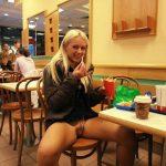 Rose exhibe sa chatte au McDonald's