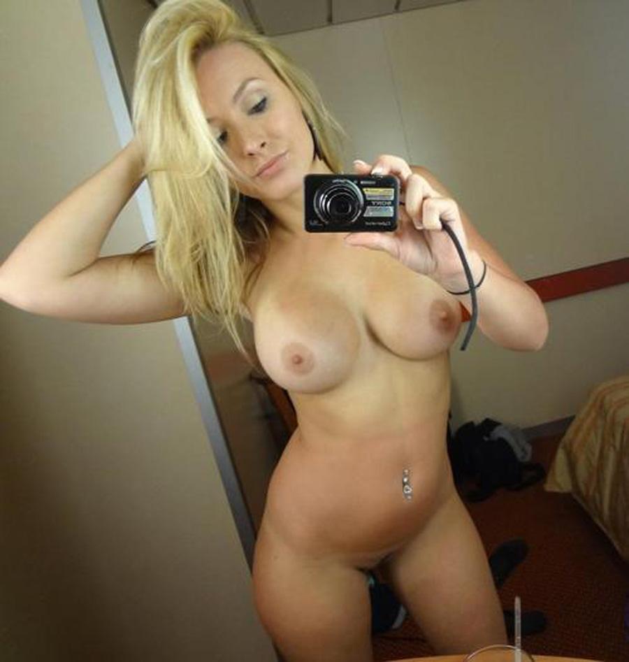 Selfie de milf trop bien gaulée nue aux tétés debout
