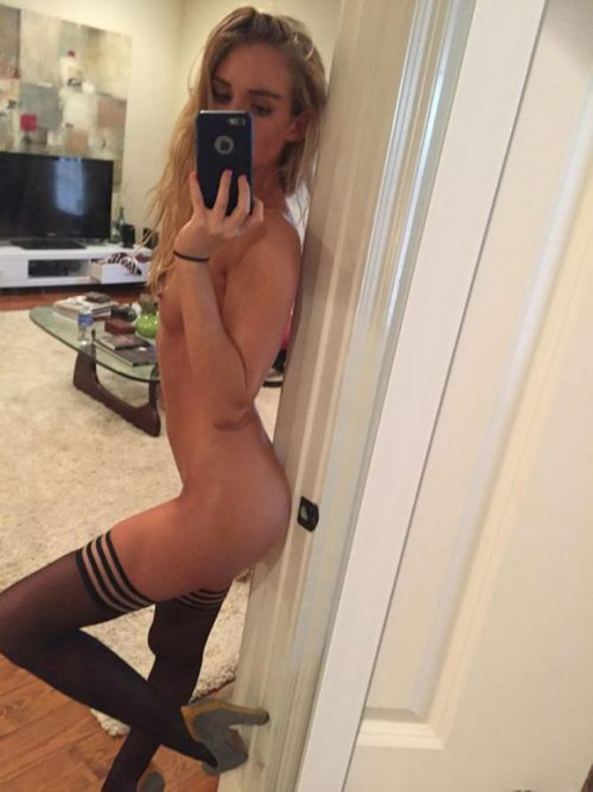 Grande blonde nue et mince en selfies hot