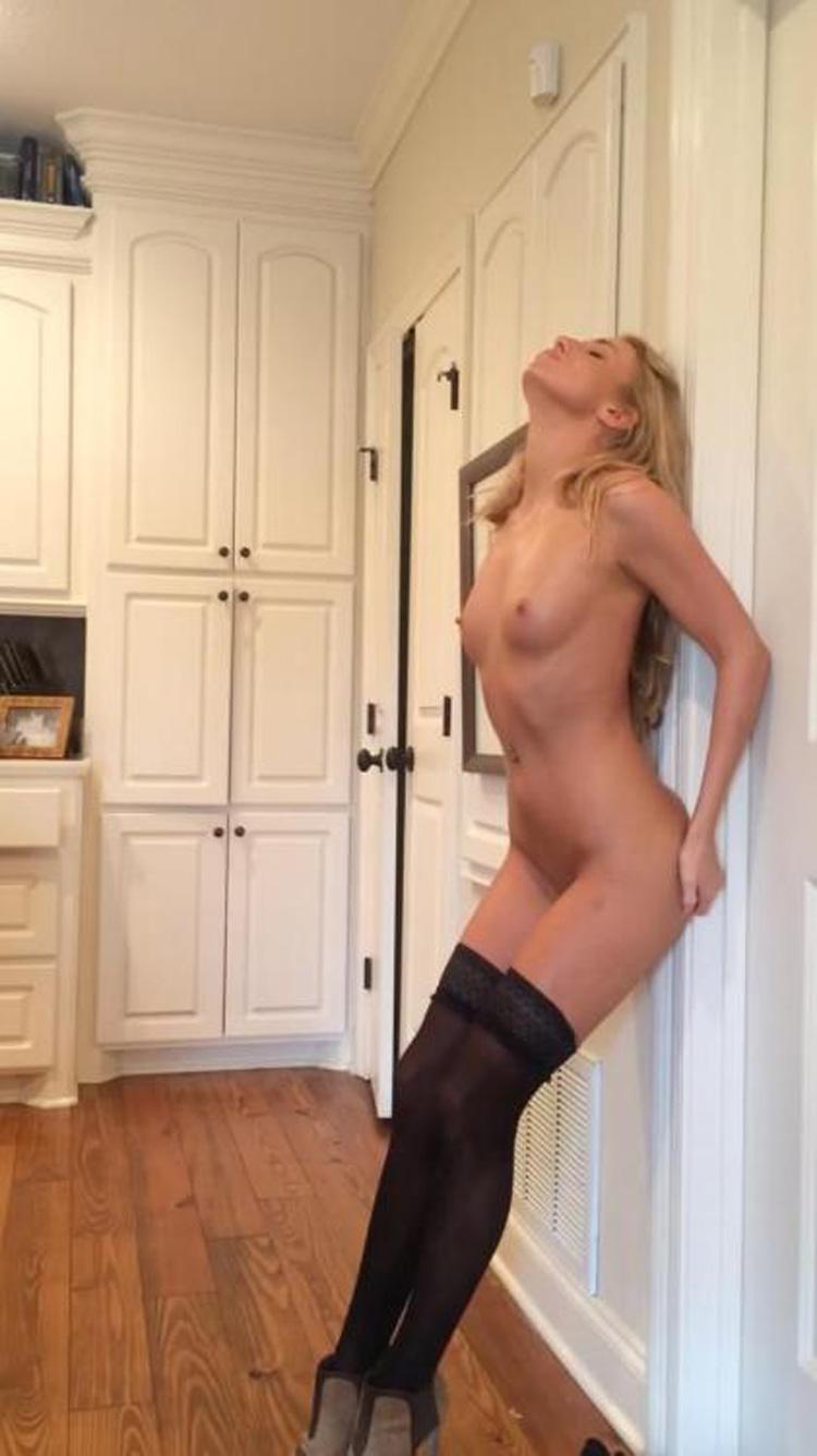 Grande blonde nue et mince 2