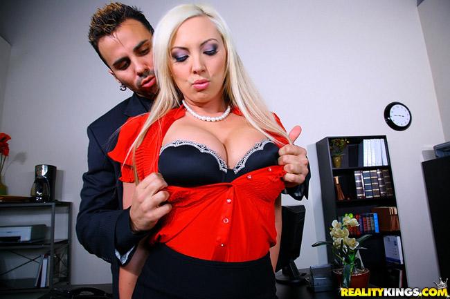 Skylar Price, Boss blonde salope baisée par un employé