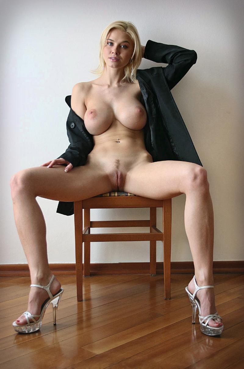 Stripteaseuse tchèque blonde aux gros seins et longues jambes