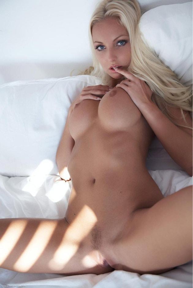 Sublime barbie blonde nue à gros seins
