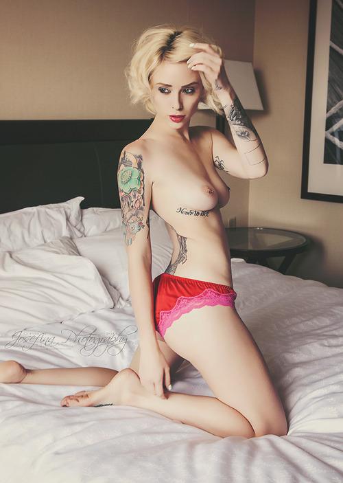 Suicide Girl blonde platine topless en boxer rouge