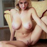 Photos érotiques Tentatrice blonde à gros seins nue