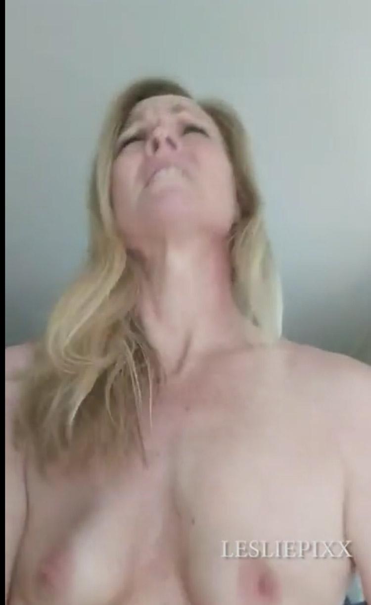 MILF blonde s'énerve sur une bite